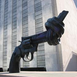The UN knotted gun symbolising non-violence. Image credit: Aristoteles83